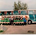 1e elftal met bus BE
